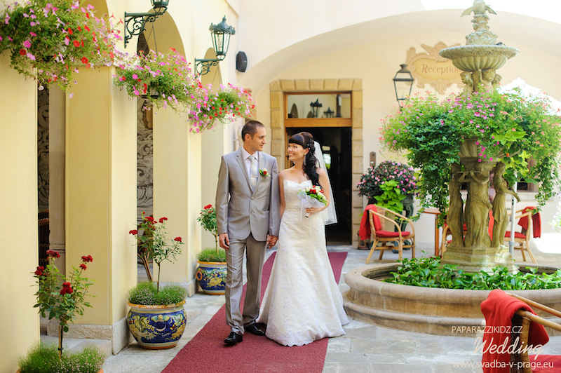 Wedding couple hand in hand on a red carpet at Alchymist Grand Hotel and Spa