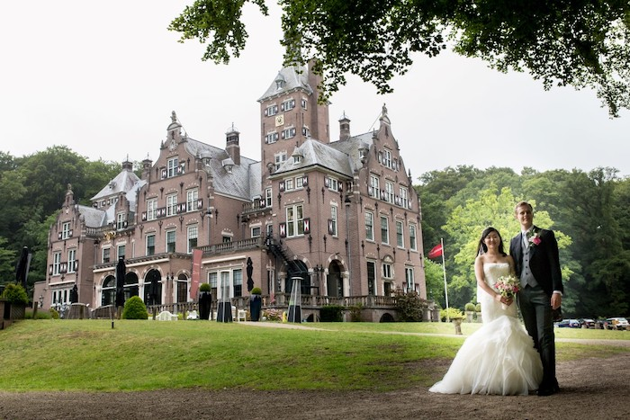 couple standing in front of amsterdam castle