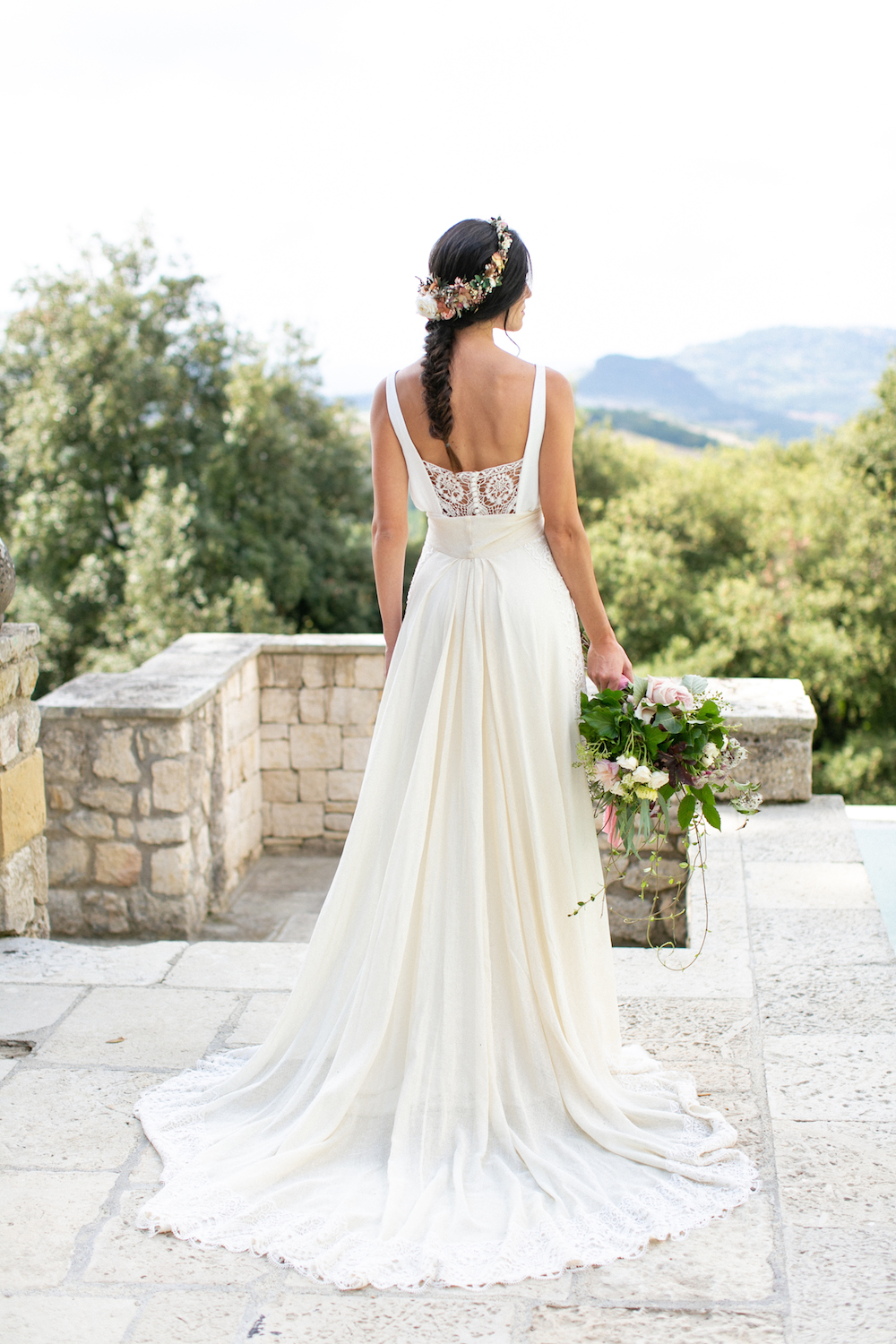 bride with fishtail braid in tuscany