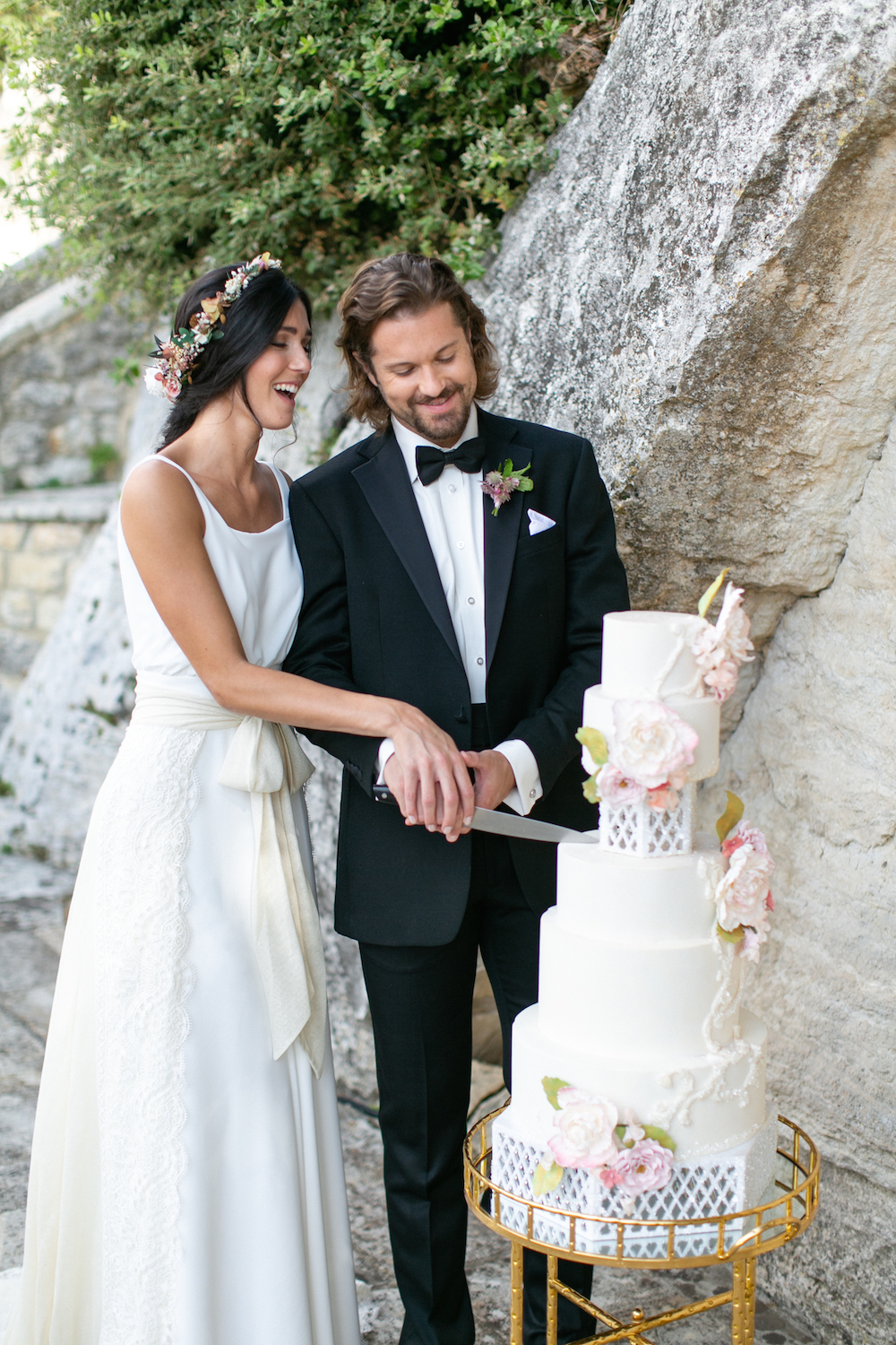 couple cutting wedding cake in Tuscany